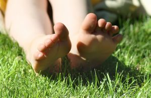 1186333_feet_in_the_grass_2